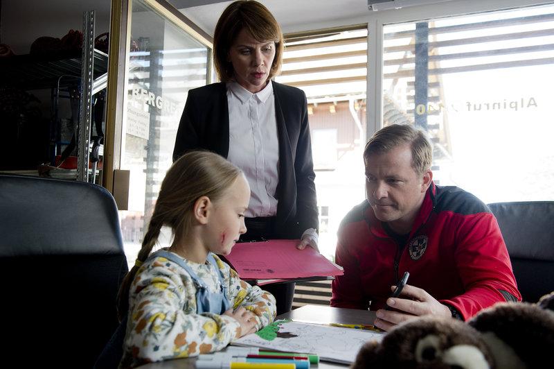 Toni Stössl (Martin Klempnow, r.) und Karin Junker (Gisa Zach, M.) hoffen, dass die kleine Martha (Tamara-Laura Graser, l.) sich anhand eines Handy-Fotos an das Geschehene erinnern kann. – Bild: ZDF und Thomas R. Schumann