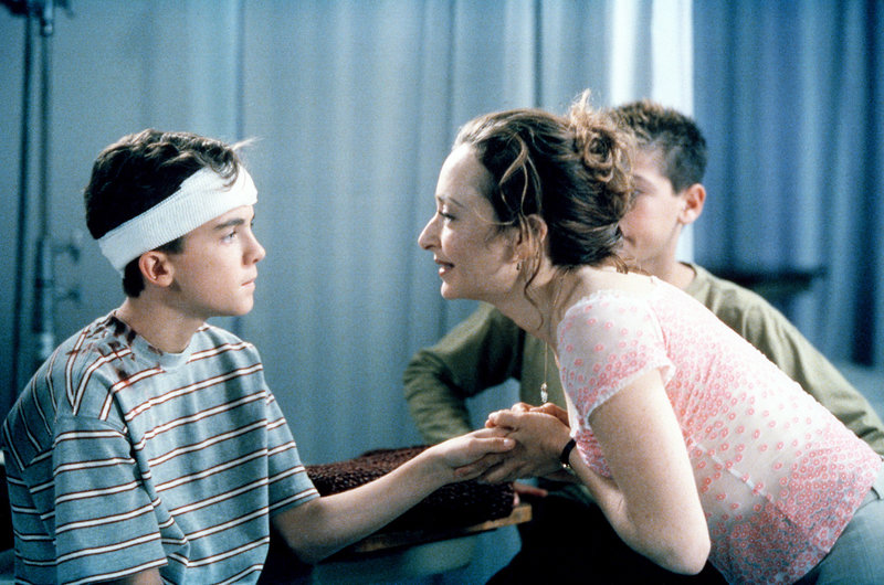 Malcolm (Frankie Muniz) wird von seiner Lehrerin Caroline (Catherine Lloyd Burns) begutachtet, nachdem er einen Kopfverband bekommen hat. – Bild: ORF eins