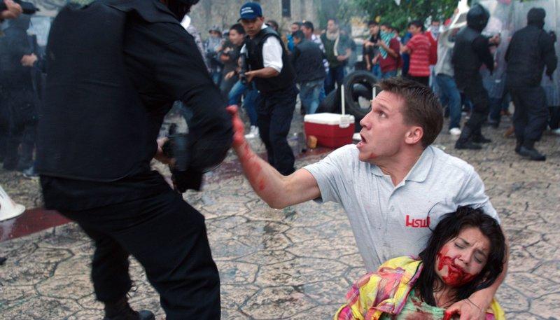 Peter (Hanno Koffler) kann es nicht fassen: Mit dem Sturmgewehr von HSW wurde eine junge Demonstrantin erschossen. – Bild: SWR/Diwa Film