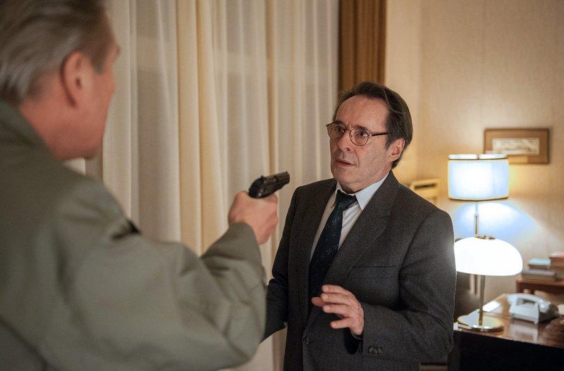 Kulisch (Michael Kind, l.) bedroht Hans (Uwe Kockisch, r.) mit der Pistole. – Bild: rbb/ARD/Julia Terjung
