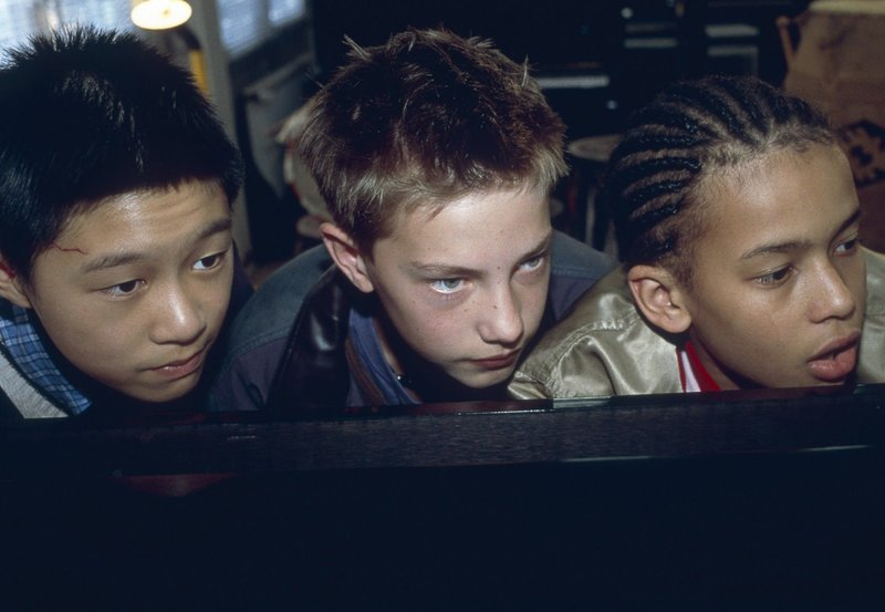 Panda (Tim Patrick Chan), Paul (Lukas Decker) und Jeremy (Thando Walbaum) liegen auf Beobachtungsposten, um die Diebe von Jeremys Königstrommeln zu entlarven! – Bild: NDR/Sandra Hoever