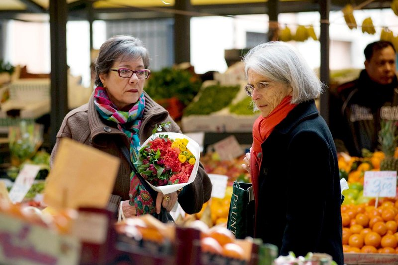 Donna Leon (re.) mit Freundin Roberta Pianaro (li.) auf dem Rialto-Markt in Venedig. – Bild: ZDF und SWR/Marta Buso