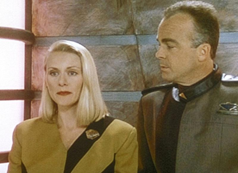 Nach dem Mord an Mr. Isogi ist auch Talia Winters (Andrea Thompson, l.) in Gefahr. Daher begleitet sie Garibaldi (Jerry Doyle, r.) zu ihrem Quartier. – Bild: ProSieben MAXX