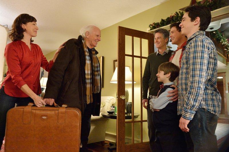 Pamela (Molly Parker) und ihre Männer (v.r.) Pete (Zachary Gordon), Jake (Wesley Morgan), Kenny (Peter DaCunha) und Ronald (Rick Roberts) begrüßen Grandpa (Bruce Dern). – Bild: RTL / Universum Film