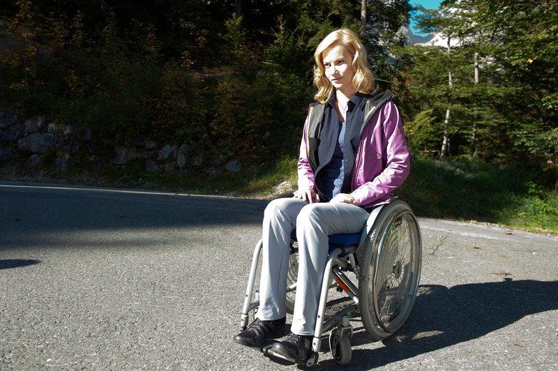 Cora Rudolf (Teresa Weißbach) ist querschnittsgelähmt und vom Lebensmut verlassen. – Bild: SRF 1