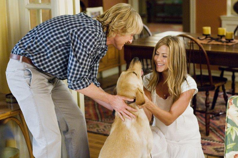 John (Owen Wilson) und Jenny (Jennifer Aniston) sind sich sicher: Labrador Marley hat sie zu besseren Menschen gemacht. – Bild: MG RTL D / Twentieth Centu