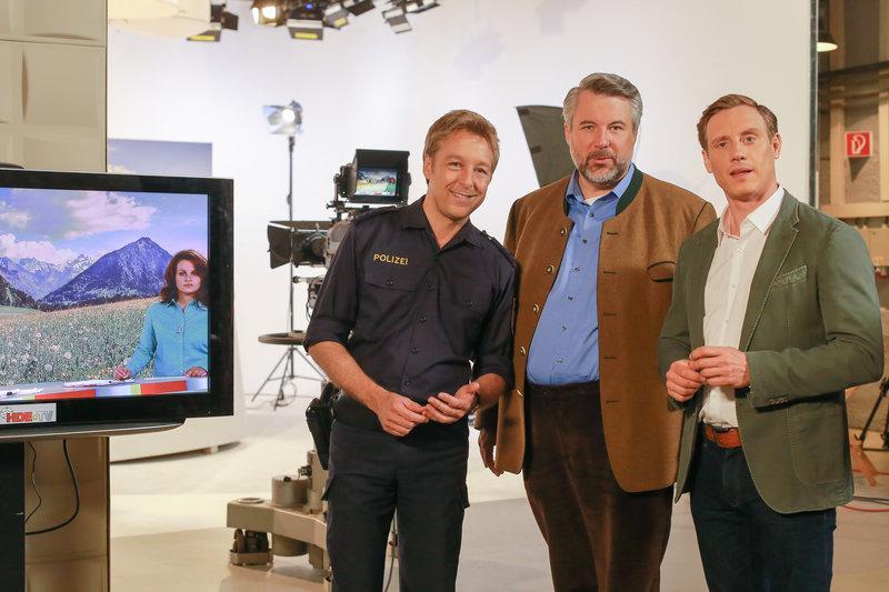 Die Rosenheimer Mordkommission, Polizist Mohr (Max Müller) und die Kommissare Stadler (Dieter Fischer) und Bach (Patrick Kalupa), ermittelt im Studio eines lokalen Fernsehsenders. – Bild: ZDF und Christian A. Rieger - klick