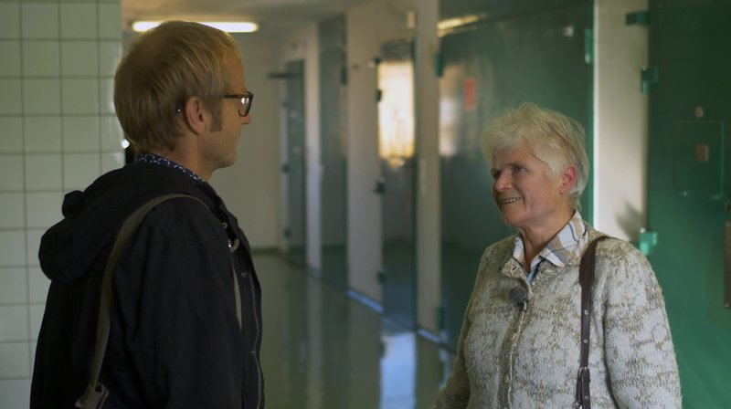 SWR-Reporter Kai Diezemann und Barbara Obitz, ehrenamtliche Gefangenenbetreuerin und Seelsorgerin. – Bild: SWR