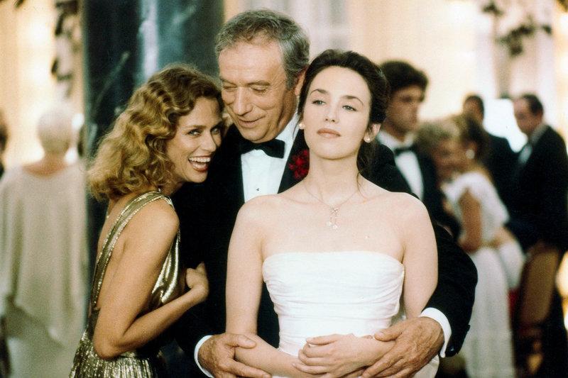 Jane (Lauren Hutton, li.), Victor (Yves Montand, Mi.) und Pauline (Isabelle Adjani, re.) feiern die Eröffnung des Kasinos. – Bild: arte