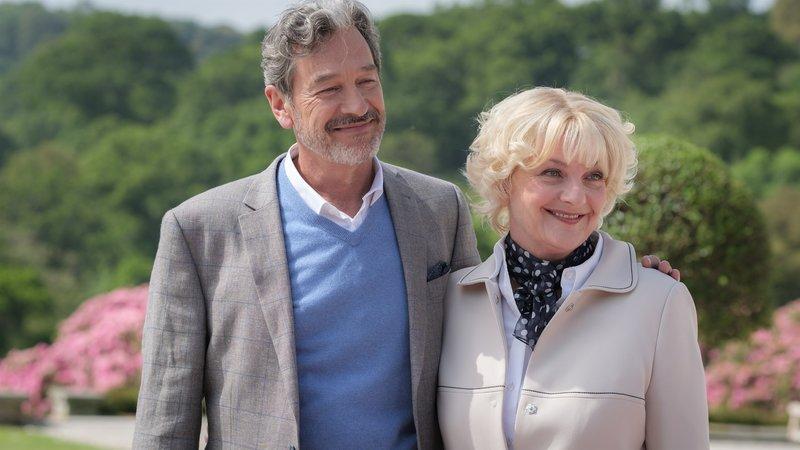 """Theresa (Saskia Vester) und Don (Günter Barton) in """"Rosamunde Pilcher: Ex & Liebe"""". – Bild: ZDF/JON AILES"""