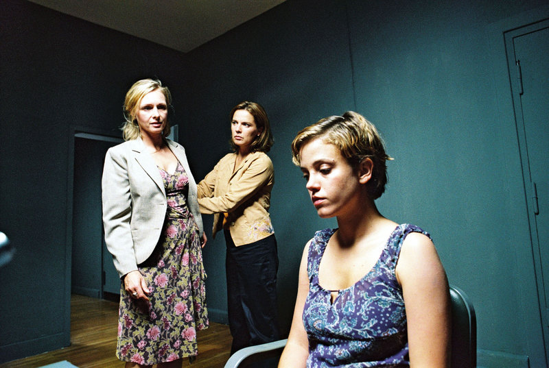 Gabriele (Marita Marschall, l.) und Katja (Désirée Nosbusch, M.) verhören Nicole (Muriel Baumeister, r.). – Bild: Sat.1 Eigenproduktionsbild frei