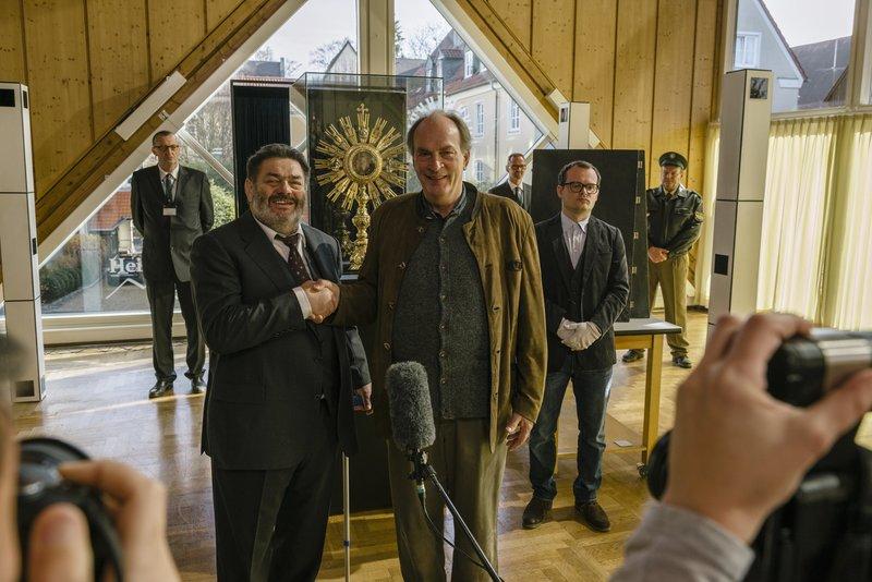 Von links: Die Monstranz wird unter den Augen von Hösch (Walter Hartmann), Kluftinger (Herbert Knaup) und Maier (Johannes Allmeyer) wieder ins Museum gebracht. – Bild: BR/ARD Degeto/Hendrik Heiden