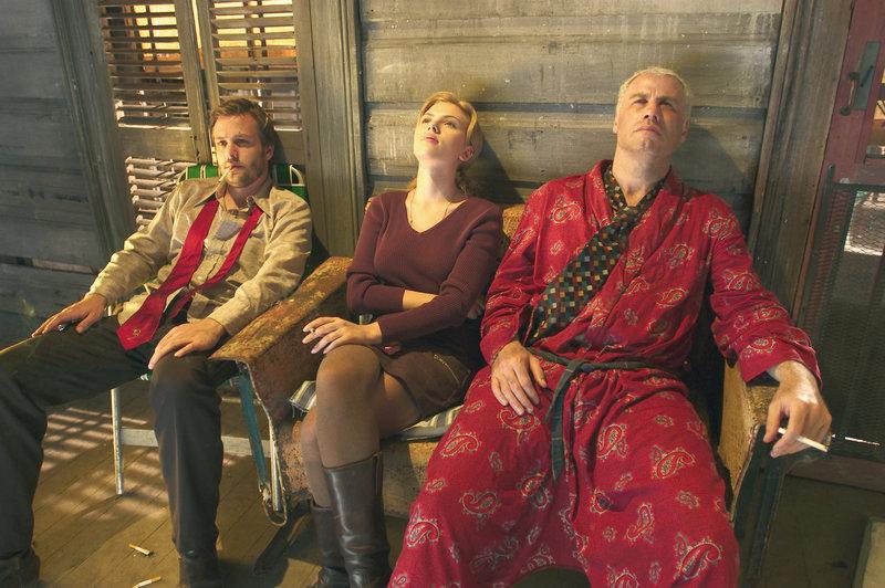 Bobby Long (John Travolta, rechts), Pursy Will (Scrlett Johansson) und Lawson Pines (Gabriel Macht). – Bild: TOBIS FILM GMBH