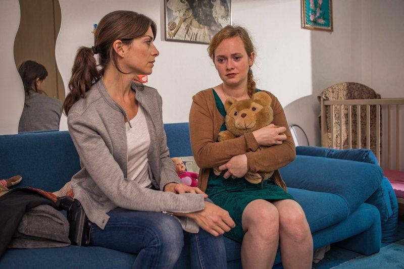 Katharina Hahn (Bianca Hein, l.) spricht mit Tessa Schön (Franziska Singer, r.) in deren Kinderzimmer. – Bild: ZDF