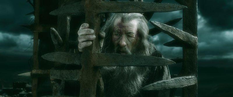 Als Gandalf (Ian McKellen) in Dol Guldur gefangen gehalten wird, scheint seine Lage aussichtslos, denn ohne fremde Hilfe kann ihm die Flucht nicht gelingen... – Bild: MG RTL D / © 2014 METRO-GO
