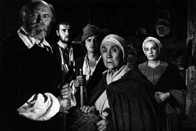 Bei der Verhandlung wegen Hexerei gibt John Proctor (Yves Montand) zu, ein Ehebrecher zu sein und dass er eine Affäre mit Abigail (Mylène Demongeot, re.) hatte. – Bild: arte