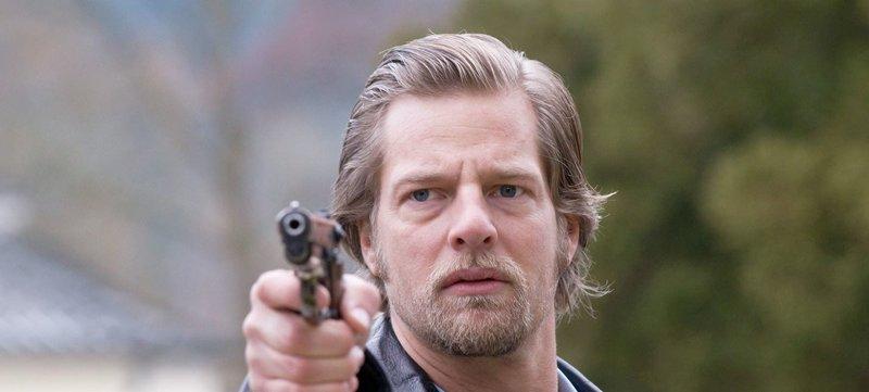 Kann den Mörder stellen: Mick (Henning Baum). – Bild: ORF 1