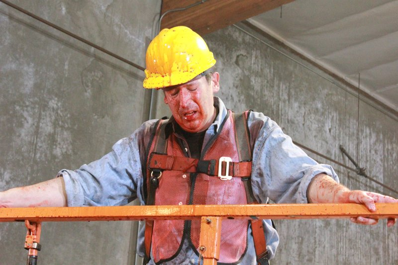 Construction worker covered in blood – Bild: Discovery Communications