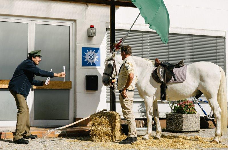Staller (Helmfried von Lüttichau, l.) ist überzeugt, dass das Pferd als Augenzeuge bei der Lösung des Falles helfen kann (mit Christian Tramitz, r.). – Bild: ARD/BR/TMG/Emanuel Klempa
