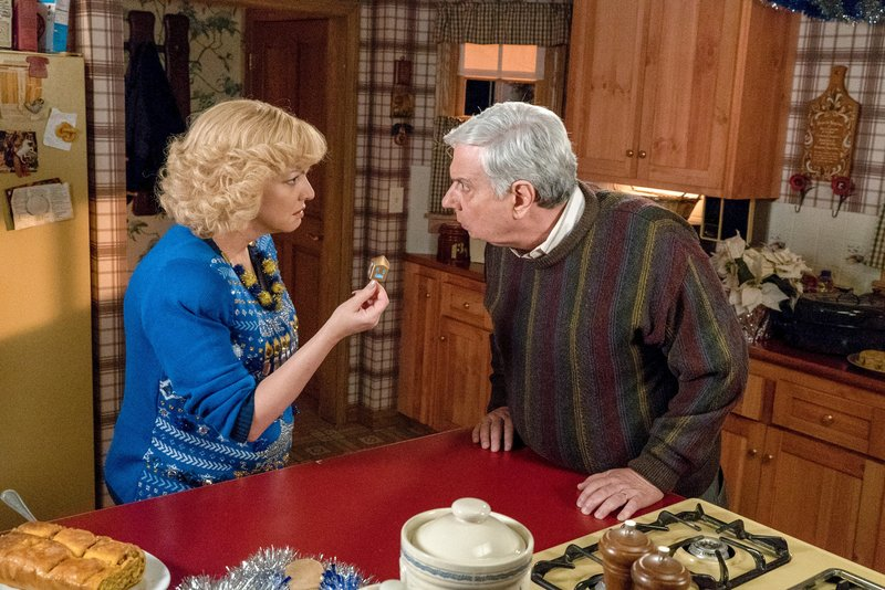 Wendi McLendon-Covey (Beverly Goldberg), Ken Lerner (Lou Schwartz). – Bild: ORF eins