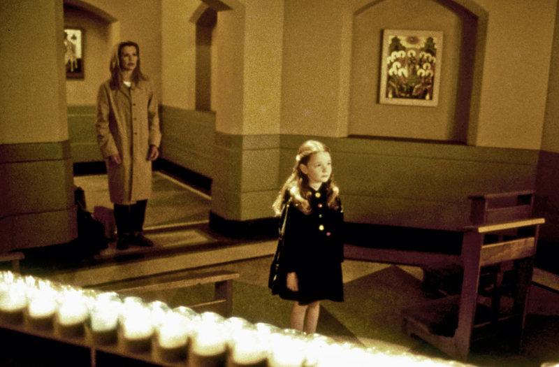 Krankenschwester Maggie O'Connor (Kim Basinger, l.) findet sich selbst plötzlich inmitten einer Verschwörung um eine biblische Prophezeiung wieder, als ihre sechsjährige Nichte Cody O'Connor (Holliston Coleman, r.) von Satanisten bedroht wird. – Bild: ZDF und Michael Gibson