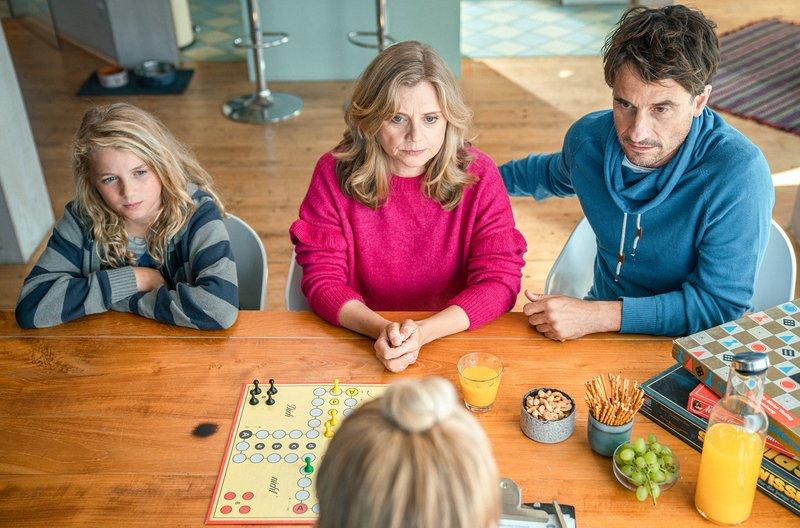 Die Schauspieler Jonah Splettstößer, Nina Weniger und Oliver Mommsen – Bild: Radio bremen/btf Produktion/Daniel Milz
