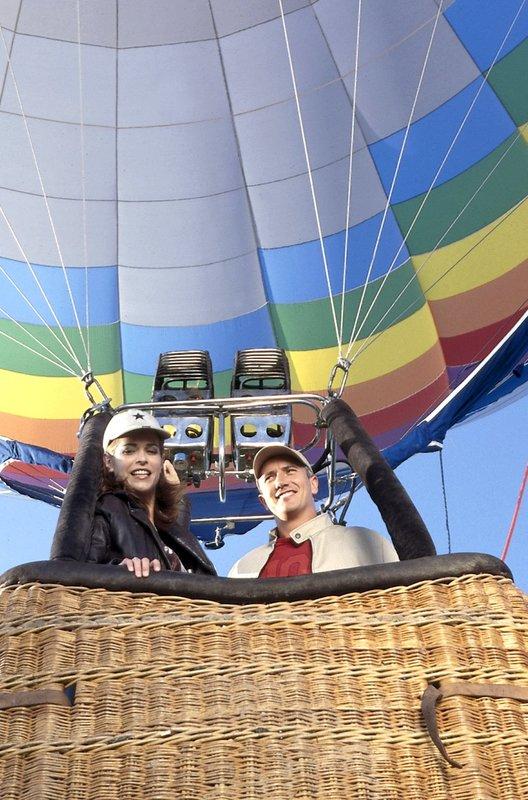 Kommissar Satori (Markus Böker) genießt die Ballonfahrt mit der sympathischen Martina Hoffmann (Ursula Buschhorn). – Bild: ORF 2