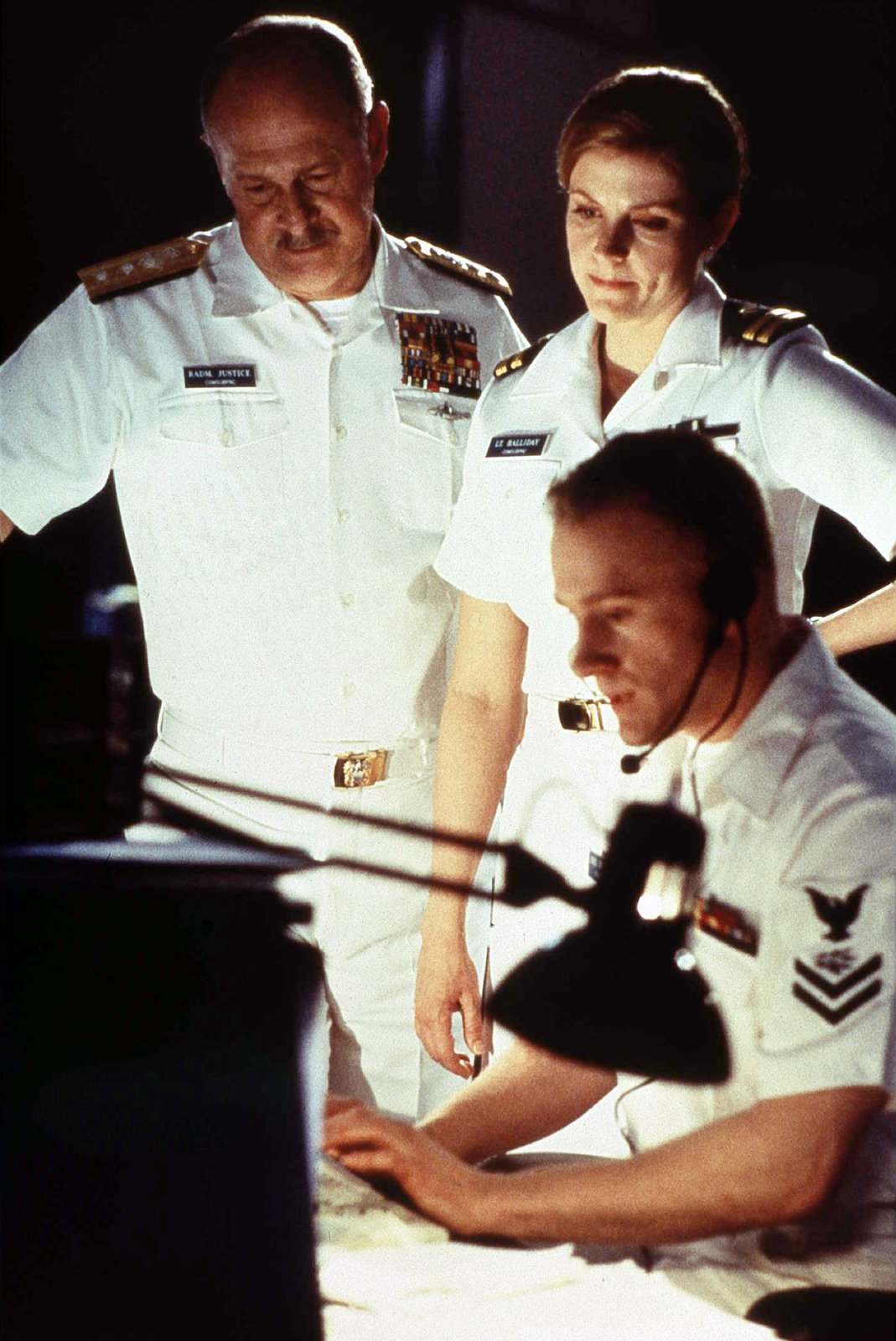 """Admiral Eugene Justice (Gerald McRaney) und Lt. Clare Holliday (Tammy Isbell) tun alles, um die USS Lansing zu finden, zu der der Kontakt abgebrochen ist. """"Meuterei unter Wasser – USS Lansing antwortet nicht"""", 07.06.2008, 20:15Uhr Abdruck honorarfrei bei Sendehinweis auf Tele 5 bis 2 Tage nach Ausstrahlung. Die Fotos dürfen nicht archiviert und nicht an Dritte weitergeleitet werden. – Gilt auch bei Wdh. – Bild: Tele 5"""