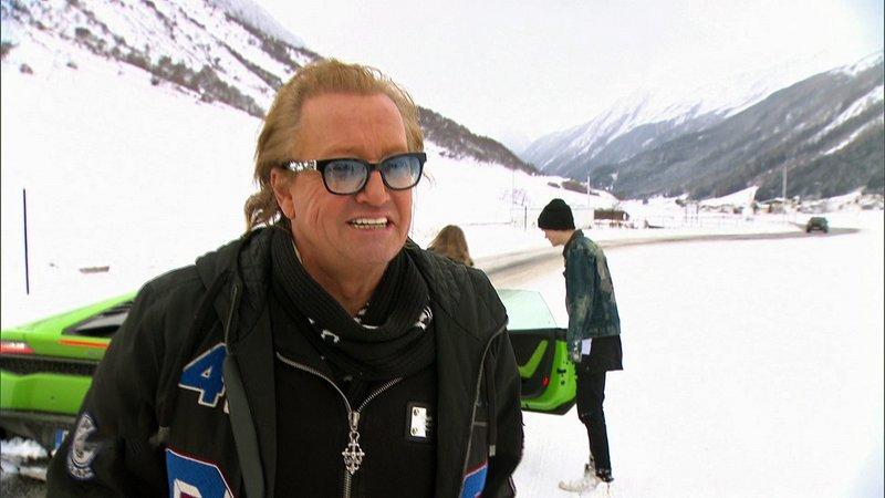 Nachdem Ski-Doos und Snowboards auf der Piste getestet wurden, eröffnet Robert auf einem vereisten Privatgelände kurzerhand die Fahrschule Geiss. Davina und Shania dürfen standesgemäß im Lamborghini erste Fahrerfahrung sammeln.Nachdem Ski-Doos und Snowboards auf der Piste getestet wurden, eröffnet Robert auf einem vereisten Privatgelände kurzerhand die Fahrschule Geiss. Davina und Shania dĂĽrfen standesgemäü im Lamborghini erste Fahrerfahrung sammeln. – Bild: RTL II