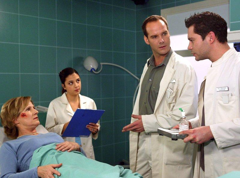 Klara Wohlfahrt (Heike Jonca) wurde nach einem Fahrradunfall in die Sachsenklinik eingeliefert. Dr. Kreutzer als behandelnder Arzt diagnostiziert eine Schenkelfraktur und beschließt, die Patientin zu operieren. Klara Wohlfahrt (Heike Jonca), Schwester Arzu (Arzu Bazman), Dr. Kreutzer (Johannes Steck) und Dr. Brentano (Thomas Koch). – Bild: MDR/Krajewski