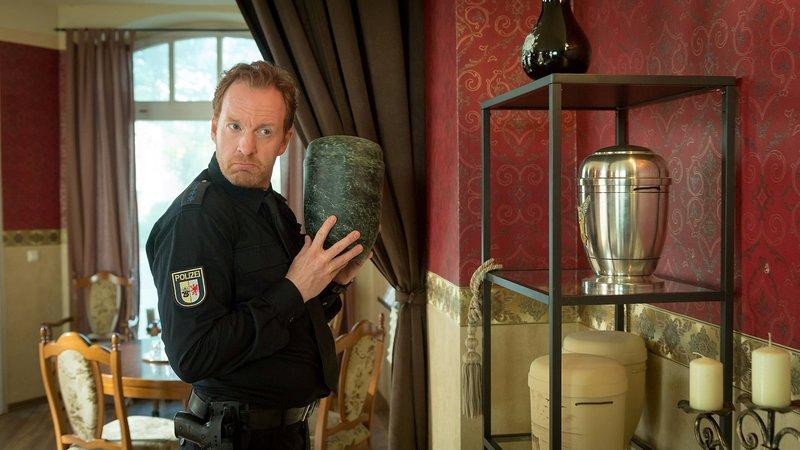 Timmermann (Mathias Junge) hat gro?en Respekt vor dem Berufsstand des Bestattungsunternehmers Harthof. Traut er ihm einen Mord zu? – Bild: ZDF/Meyerbroeker