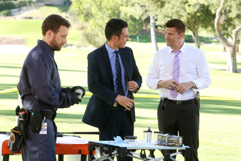 Dr. Jack Hodgins (T.J. Thyne, .), Aubrey (John Boyd, M.) und Booth (David Boreanaz) untersuchen den Tatort nach Hinweisen. – Bild: MG RTL D / FOX