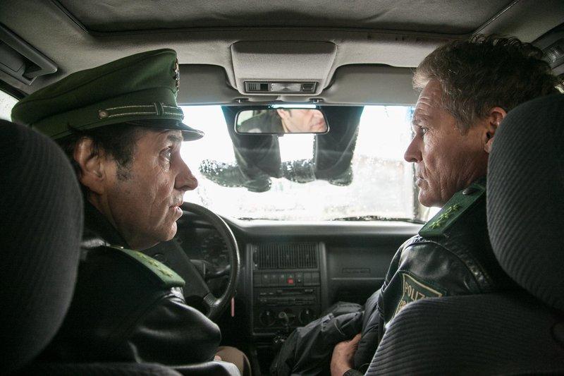 Als Hubert (Christian Tramitz, rechts) und Staller (Helmfried von Lüttichau) ihren Streifenwagen in der Waschstraße auf Hochglanz bringen wollen, kommt es zu einem unerwarteten Zusammenstoß mit einer Leiche. – Bild: TMG