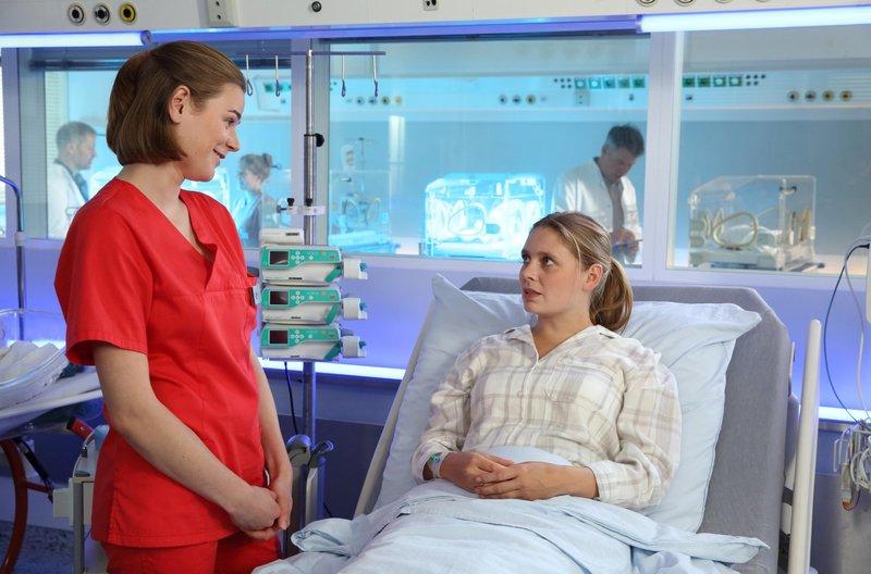Tina Fischer (Charlotte Puder, r.) verrät Louisa (Llewellyn Reichman, l.) ein Geheimnis. – Bild: ARD/Uwe Köhn