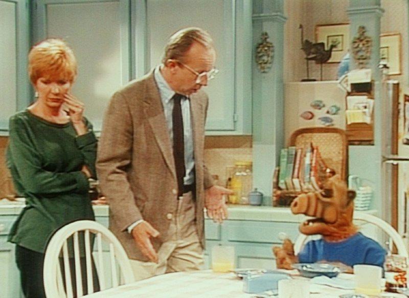 Alf (r.) beklagt sich bei Kate (Anne Schedeen, l.) und Willie (Max Wright, M.) bitter über den ungebetenen Besuch ... – Bild: TM+© Warner Bros. Lizenzbild frei