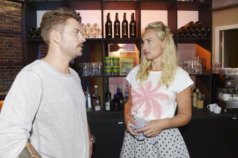 Maren (Eva Mona Rodekirchen) kann nicht begreifen, dass John (Felix von Jascheroff) mit Erik zusammenarbeiten möchte. – Bild: TVNOW / Rolf Baumgartner