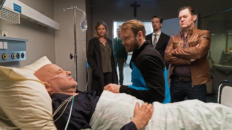 Bei seinem Freigang ins Krankenhaus, muss Häftling Köhler (Matthias Ziesing, M.) von Vera Lanz (2.v.l.) und Böhmer (Jürgen Tonkel, r.) begleitet werden. – Bild: ZDF und Michael Marhoffer