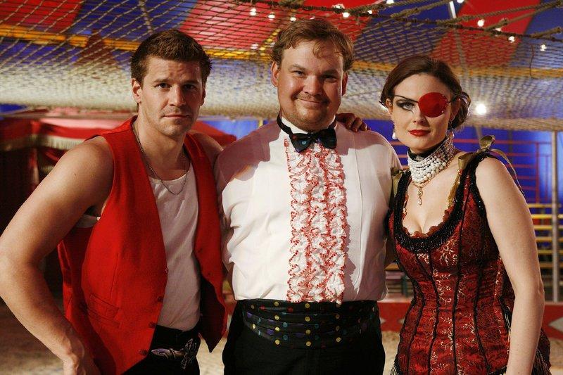 Brennan (Emily Deschanel) und Booth (David Boreanaz, li.) mit Henry Simon (Andy Richter). – Bild: MG RTL D / FOX
