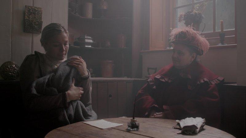 Im März 1896 gibt Evelina Marmon ihre Tochter aufgrund einer Annonce von Amelia Dyer in deren Hände. Sie unterzeichnet einen Adoptionsvertrag. Am Tag der Übergabe sieht sie ihre Tochter das letzte Mal. – Bild: ZDF und Cosmo Hildyard./Cosmo Hildyard
