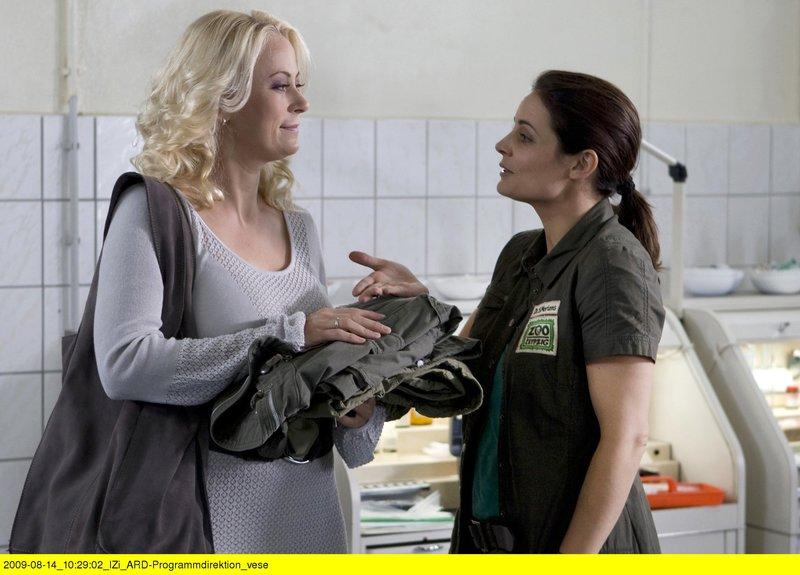 Nicole Sommer (Jenny Elvers-Elbertzhagen, links) wird die neue Assistentin von Zootierärztin Dr. Susanne Mertens (Elisabeth Lanz). – Bild: BR/ARD/Olaf Raymond Benold