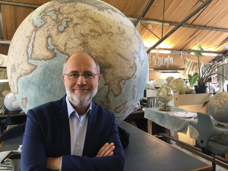 Harald Lesch moderiert in einer Londoner Globusmanufaktur die Vermessung der Erde. – Bild: ZDF und Christopher Gerisch.