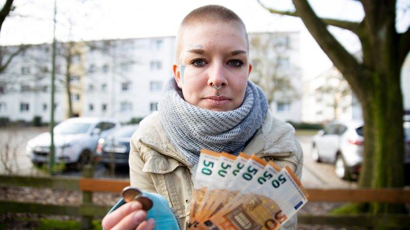 Die 24-jährige Jacky aus Bremerhaven bezieht Hartz IVDie 24-jährige Jacky aus Bremerhaven bezieht Hartz IV – Bild: RTL II
