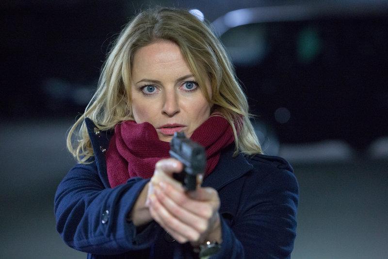 Kommissarin Anna Maiwald (Diana Staehly) ist dem Täter dicht auf den Fersen. – Bild: ZDF und Michael Böhme