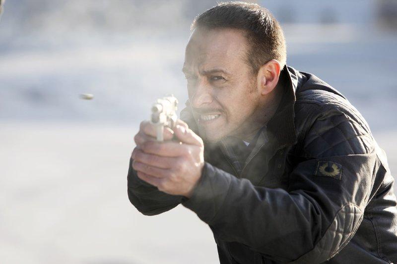 Semir (Erdogan Atalay) schießt auf die Gangster, die mit ihren Geiseln flüchten wollen. – Bild: RTL Nitro
