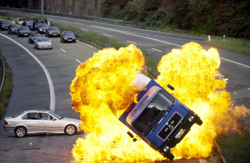 Im Kugelhagel explodiert ein Tankwagen neben Semirs Dienstwagen... – Bild: RTL Crime