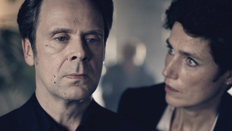 Christina Fehrmann (Julia Bremermann) macht sich Sorgen um Jasper T. (Matthias Matschke), der durch seinen Alleingang in Gefahr gerät. – Bild: ZDF und Thomas Jahn