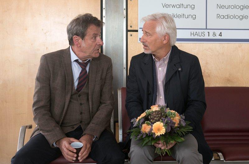 Gunter (Hermann Toelcke, l.) offenbart seinem Freund Thomas (Gerry Hugbauer, r.), wie sehr es ihm nahegeht, dass Merle und er offenbar blind für die akute Situation waren. – Bild: ARD/Nicole Manthey