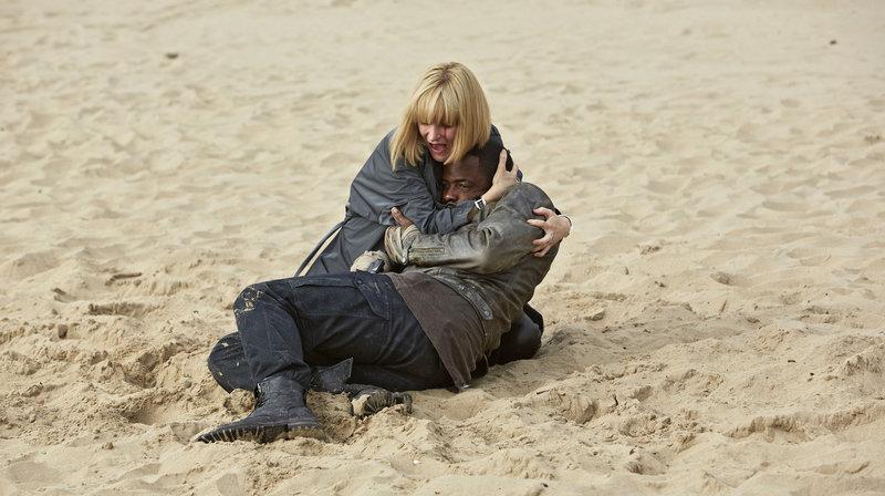 Miss Quill (Katherine Kelly) hält Jasper (Kobna Holdbrook-Smith) im Arm – Bild: WDR/BBC/Simon Ridgeway