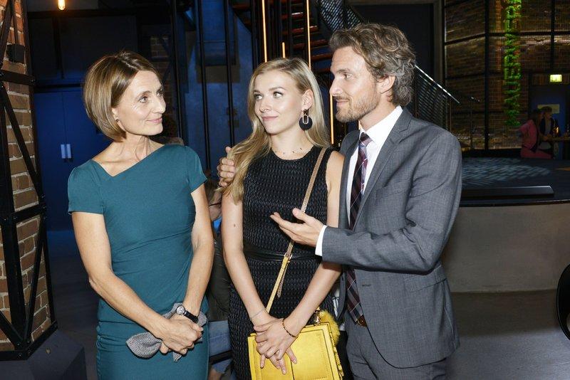 Brenda (Annabella Zetsch) begreift amüsiert, dass Felix (Thaddäus Meilinger) seiner Mutter Rosa (Joana Schümer) eins auswischen will. – Bild: TVNOW / Rolf Baumgartner