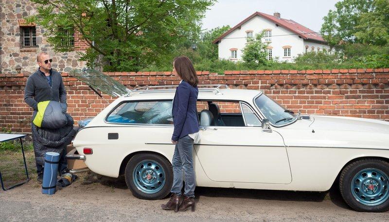 Vergeblich fordert Susanne (Inka Friedrich) ihren Mann Max (Heino Ferch) auf, zu verschwinden. – Bild: One
